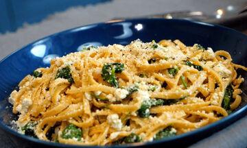 Συνταγή για να φτιάξετε λινγκουίνι ολικής άλεσης με ανθότυρο & σπανάκι (vid)