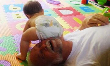 Όταν ο μπαμπάς προσέχει το μωρό - Στιγμές ανεκτίμητης αξίας σε ένα απολαυστικό βίντεο (vid)