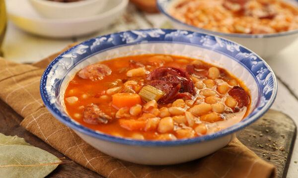 Φασολάδα με λουκάνικα - Δείτε τη συνταγή