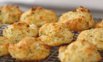Cheddar cookies - Μία πολύ εύκολη συνταγή για αλμυρά μπισκότα που θα λατρέψετε (vid)
