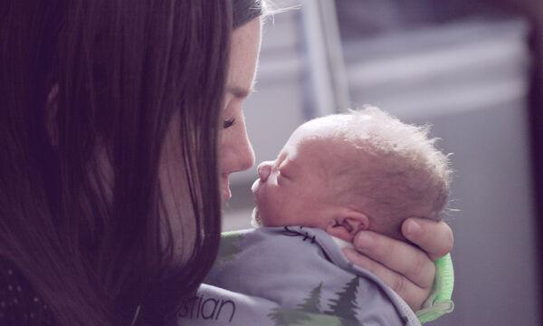 Νέα μαμά μόνη ψάχνει ύπνο: Πώς θα τα βγάλεις πέρα τους πρώτους μήνες αϋπνίας
