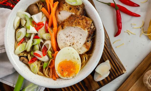 Συνταγή για σούπα ράμεν με κοτόπουλο, μανιτάρια και νουντλς