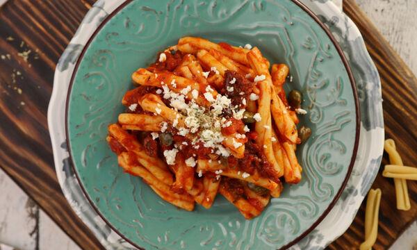 Συνταγή για σκιουφηχτά με με λιαστή ντομάτα, ελιές και φέτα