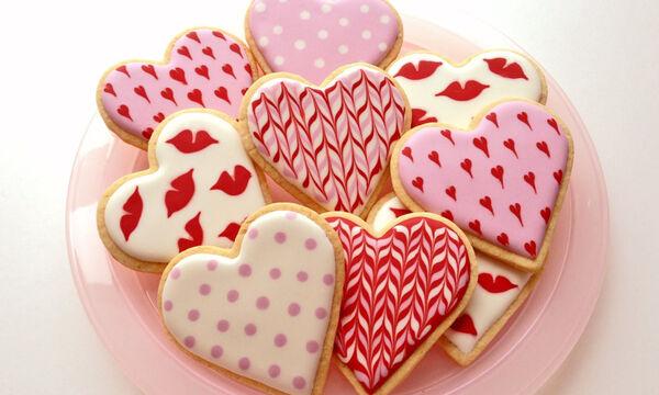 Εύκολοι τρόποι διακόσμησης για εντυπωσιακά μπισκότα Αγίου Βαλεντίνου (vid)