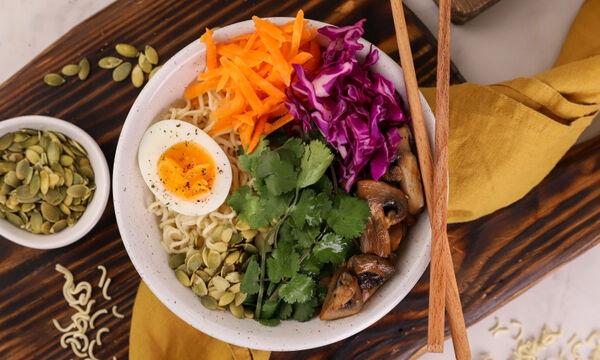 Υγιεινό μπολ (Buddha bowl) με noodles, μανιτάρια και αυγό