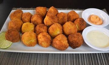 Σπιτικές ψαροκροκέτες με πατάτες - Θα τις λατρέψουν τα παιδιά (vid)