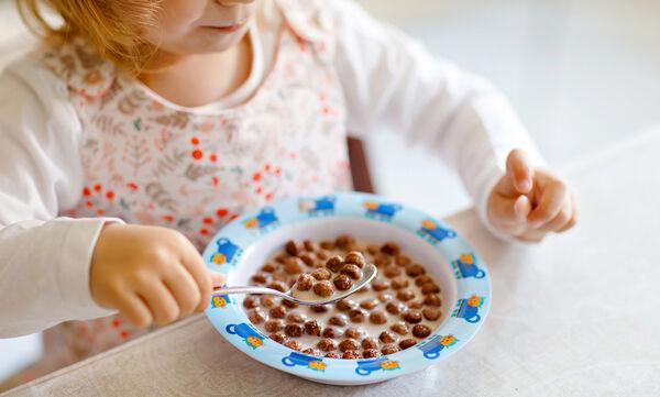 Τελικά πόσο υγιεινή επιλογή είναι τα δημητριακά για το πρωινό του παιδιού;