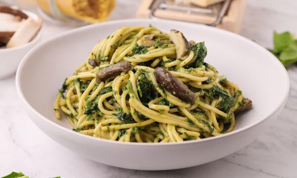 Συνταγή για σπαγγέτι με μανιτάρια, σπανάκι και πέστο βασιλικού