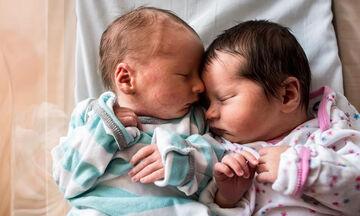Μοναδικές φωτογραφίες με νεογέννητα δίδυμα που θα σας κάνουν να λιώσετε (pics)