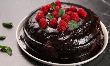 Το απόλυτο σοκολατογλυκό! Σοκολατένιο κέικ με raspberries
