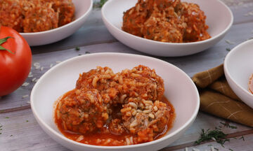 Πεντανόστιμα μαμαδίστικα γιουβαρλάκια με κόκκινη σάλτσα