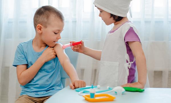 Τι να κάνετε όταν το παιδί σας παίζει σκοτεινό δωμάτιο ή τον γιατρό