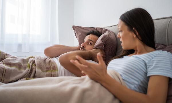 Συμβουλές για συζύγους: Πώς να τα βγάλετε πέρα με την κρεβατομουρμούρα