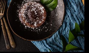 Φτιάξε αυτό το σοκολατένιο κέικ με δύο υλικά και με δύο τρόπους