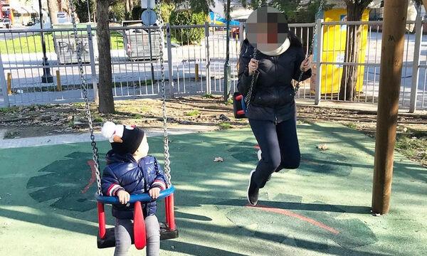 Γνωστή Ελληνίδα παρουσιάστρια στην παιδική χαρά με τον γιο της (pics)