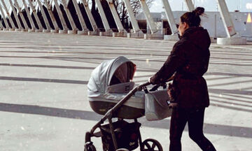 Απογευματινός περίπατος με την κόρη της - Αναγνωρίζετε τη διάσημη Ελληνίδα μαμά; (pics)