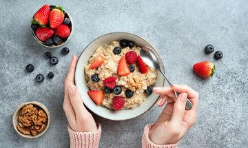 Βρώμη στην εγκυμοσύνη: Πέντε σημαντικά οφέλη + δύο συνταγές για νόστιμα & υγιεινά γλυκά (vid)