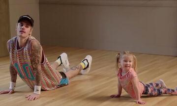 Ο Justin Bieber ακολουθεί τα χορευτικά βήματα νηπίων σε ένα αξιολάτρευτο καινούριο βίντεο (vid)