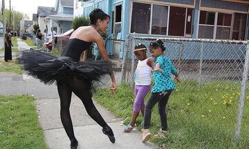 Χορεύτρια προάγει το μπαλέτο σε φτωχογειτονιές με τον καλύτερο τρόπο (pics+vid)