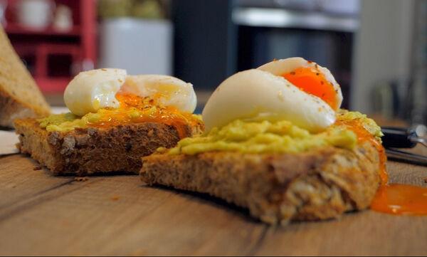 Δείτε πώς θα φτιάξετε κι εσείς Avocado Toast  (vid)