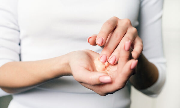 Σπιτική κρέμα για τα χέρια: Πώς θα αντιμετωπίσετε την ξηρότητα