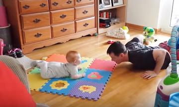 Μωρά μιμούνται τον μπαμπά τους και προσφέρουν άφθονο γέλιο (vid)