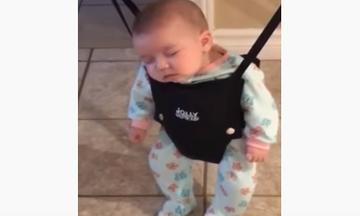 Δείτε πώς αυτός ο μπαμπάς μεταφέρει στην κούνια το μωρό που αποκοιμήθηκε (vid)