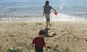 Γνωστή παρουσιάστρια υποδέχτηκε το Μάρτη με τα παιδιά της στη θάλασσα  (pics)