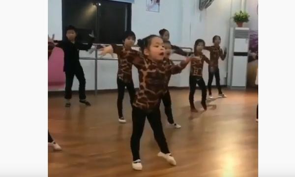 Απίστευτο! Ο χορός αυτών των κοριτσιών είναι ίσως ό,τι πιο εντυπωσιακό έχουμε δει τελευταία (vid)