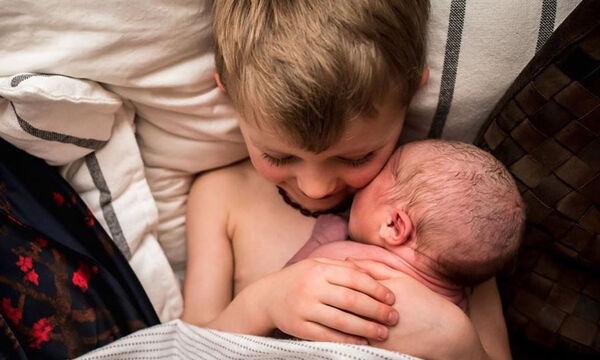 Υπέροχες φωτογραφίες - Παιδιά βλέπουν για πρώτη φορά τα νεογέννητα αδερφάκια τους (pics)