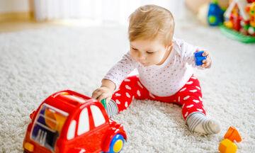 Μάθετε στο μωρό σας να παίζει με τα παιχνίδια του
