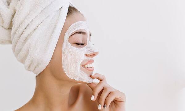 Φυσικές συνταγές για scrub & μάσκες προσώπου για τις μέρες που θα μείνεις σπίτι (vids)