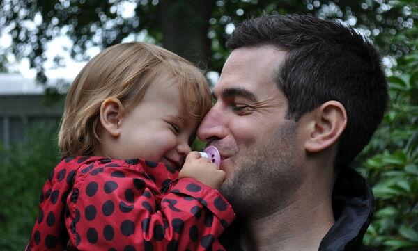 Υπέροχες φωτογραφίες θετών γονιών και των παιδιών τους που «ξεχειλίζουν» από τρυφερότητα & αγάπη