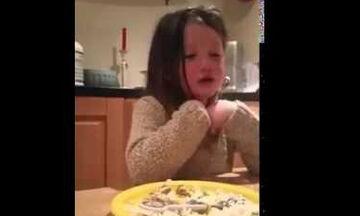 Το κοριτσάκι αρνείται να φάει το φαγητό του και ξεσπά σε κλάματα - Δείτε ποιος είναι ο λόγος (vid)