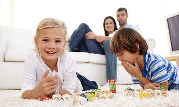 Κορονοϊός και παραμονή στο σπίτι: Πώς να είμαστε «εκεί» για τα παιδιά μας