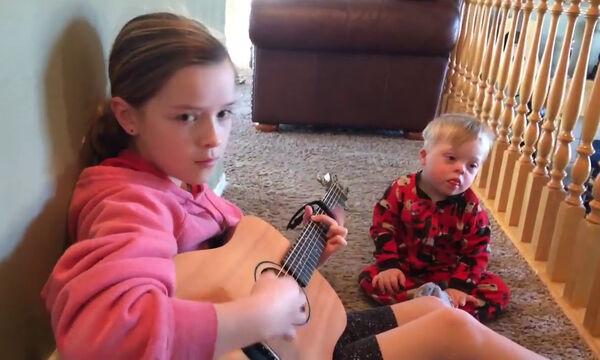 Υπέροχο - Αγοράκι με σύνδρομο Down μαθαίνει καινούριες λέξεις με τη δύναμη της μουσικής (vid)