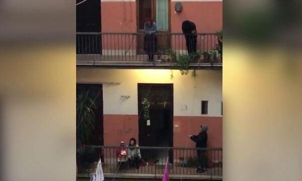 Υπέροχο - Δίχρονο αγοράκι στη Ρώμη σβήνει κεράκια στο μπαλκόνι & οι γείτονες του τραγουδούν (vid)