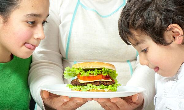 #Μένουμε_σπίτι: Φτιάξτε σπιτικά  mini burgers για τα παιδιά (vids)