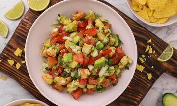 Δροσερή μεξικάνικη σαλάτα pico de gallo με γαρίδες και αβοκάντο