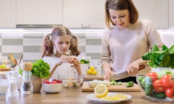 #Μένουμε_σπίτι: Τι πρέπει να τρώνε καθημερινά τα παιδιά;