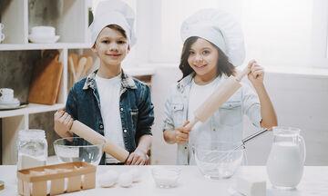 #Mένουμε_σπίτι: Τέσσερις συνταγές για κέικ που μπορούν να φτιάξουν μόνα τους τα παιδιά (vid)