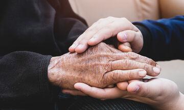 «Κι εμείς σε αγαπάμε γιαγιά, σε παρακαλώ μην πεθάνεις» - Η Ελληνίδα γιαγιά που μας συγκίνησε όλους