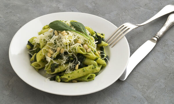 Spinach Day: Μαγειρεύουμε λαχταριστές πένες με σπανάκι και τυριά (vid)