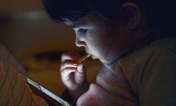 Γιατί δεν πρέπει τα μικρά μας να τρώνε μπροστά από την τηλεόραση;