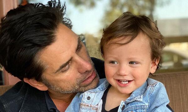 John Stamos: Τραγουδά με τη γυναίκα του και τον γιο του & το βίντεο είναι σκέτη καταστροφή (vid)