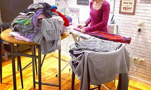 Εσύ πώς πέρασες το Σαββατόβραδό σου; Η Ελληνίδα ηθοποιός σιδέρωνε τα ρούχα των γιων της (pics)