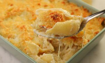 Εύκολο, γρήγορο και τεμπέλικο φαγάκι: Κοχύλια με τέσσερα τυριά στο φούρνο