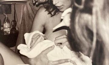 Διάσημη μαμά μας δείχνει για πρώτη φορά φωτογραφία από τον τοκετό στο σπίτι (pics)