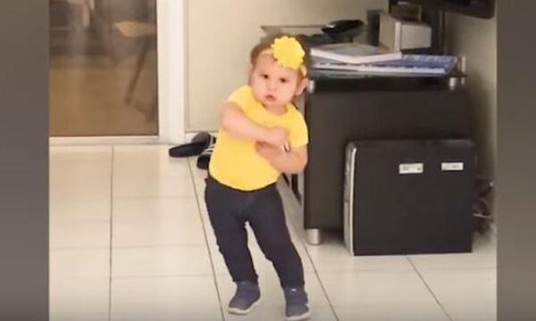 Ξεκαρδιστικό βίντεο: Μωράκια μας δείχνουν τις χορευτικές τους ικανότητες (vid)