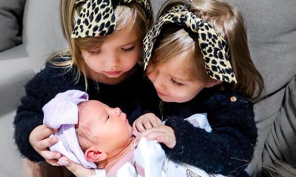 Βλέπουν για πρώτη φορά την νεογέννητη αδελφούλα τους και δείτε τι κάνουν (vid)